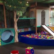 Brinquedão no mezanino com piscina de bolinhas