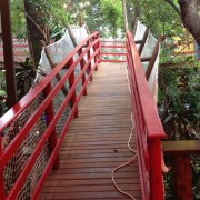 A rampa que leva ao mezanino. Ponto para a casa, que tratou de instalar redes de proteção!