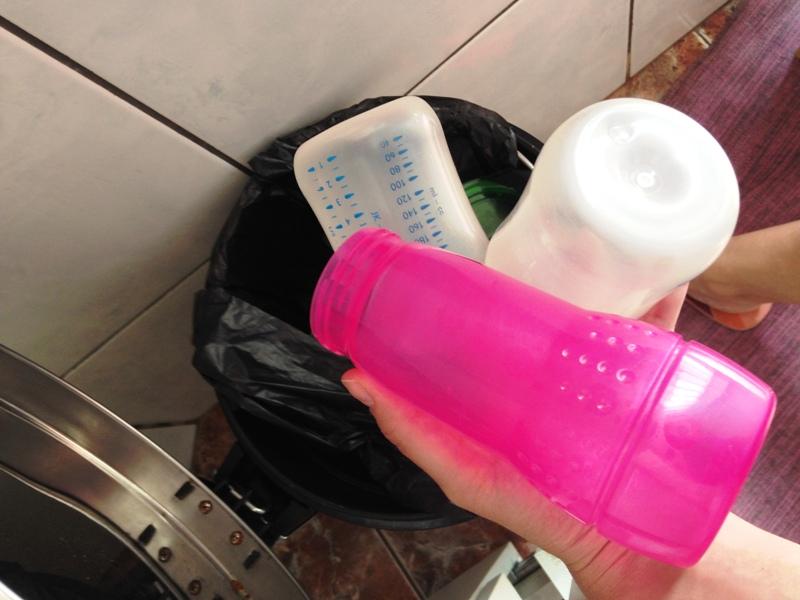 mamadeiras no lixo