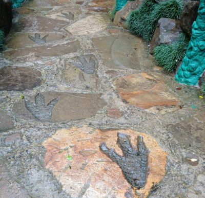 Gente, e essas pegadas de dinossauro no meio do caminho?