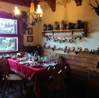 Os cômodos da casa do Papai Noel são muito aconchegantes! Não dá vontade de tomar um café e comer um Panetone nessa sala? rs