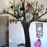 Gente, para né? Que máximo essa ideia... adesivo de parede em forma de árvore e os bichos pendurados nos galhos recriando o ambiente!