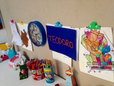 Na parede, fixei com fita dupla face clipes coloridos para pendurar os desenhos e artes das crianças