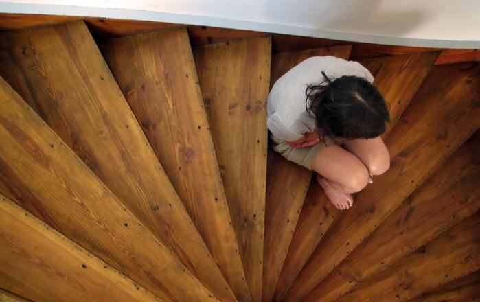 mãe triste sentada na escada
