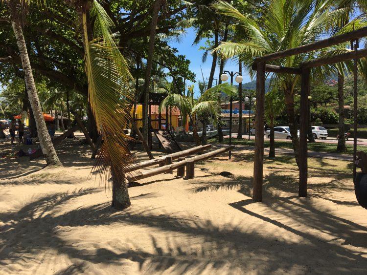 Parquinhos de madeira nas praias do Perequê